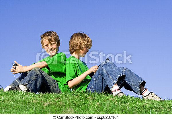 子供, 音楽が聞く, 屋外で, 読書, 夏 - csp6207164
