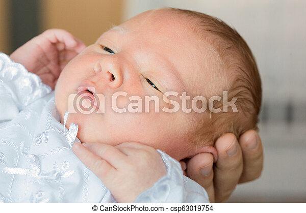 子供, dad., 大きい, 手, 父, 腕, 生まれたての赤ん坊, お母さん, 母, 小さい - csp63019754