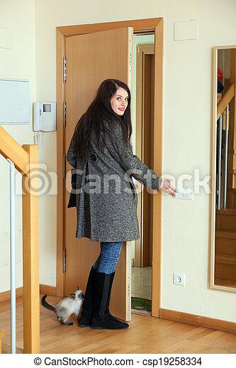 家, 女, 去ること, コート - csp19258334