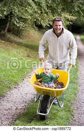 寄付, 乗車, 父, 若い, 息子, 一輪手押し車 - csp1889772