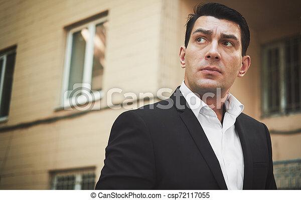 屋外で, の上, 見る, 黒いスーツ, 肖像画, 人 - csp72117055