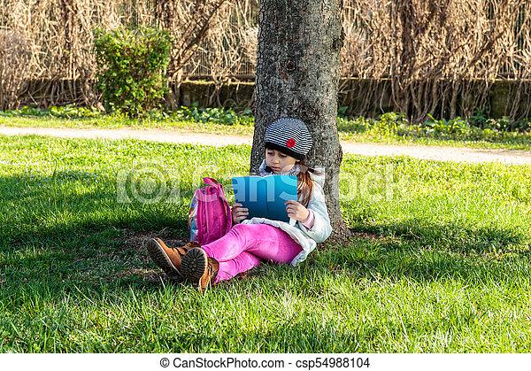 屋外で, 本, 公園, 読書, 子供 - csp54988104