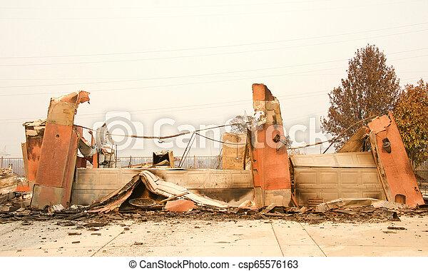 山火事, 傷つけられる, ca, redding, firestorm, 家 - csp65576163