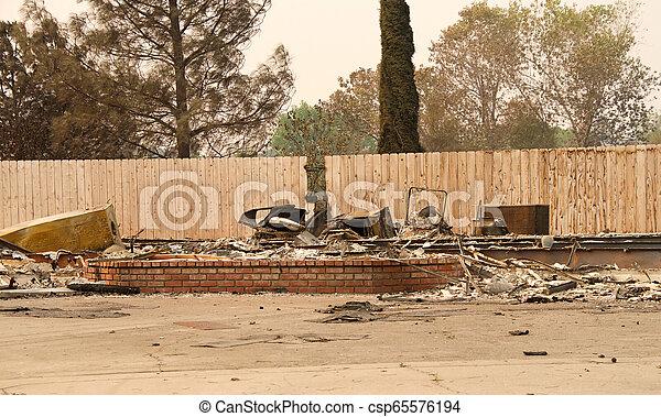 山火事, 傷つけられる, ca, redding, firestorm, 家 - csp65576194