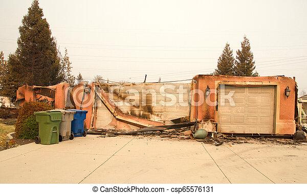 山火事, 傷つけられる, ca, redding, firestorm, 家 - csp65576131