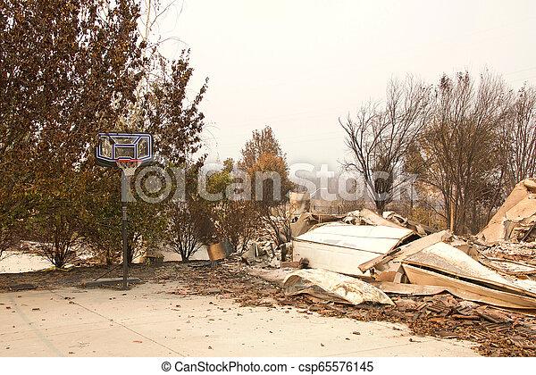 山火事, 傷つけられる, ca, redding, firestorm, 家 - csp65576145