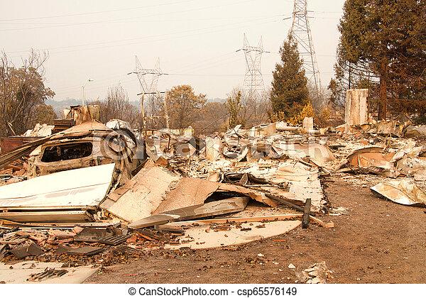 山火事, 傷つけられる, ca, redding, firestorm, 家 - csp65576149