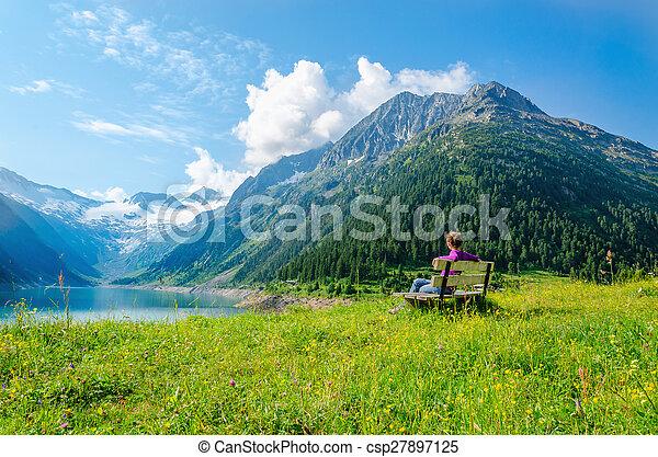 山, 女, 湖, ベンチ, オーストリア, 空色, 座る - csp27897125