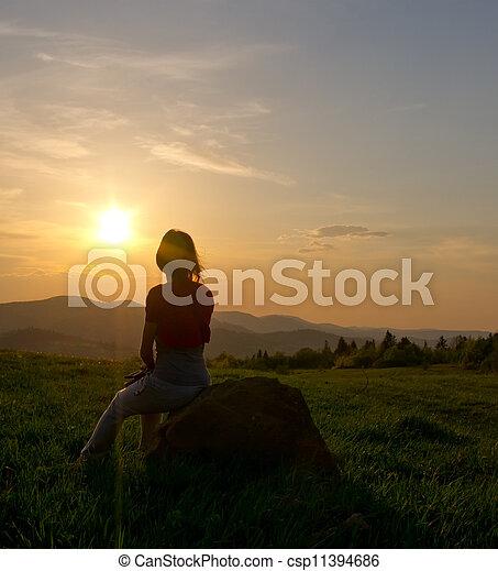 山, 婦女, 黑色半面畫像, 傍晚 - csp11394686