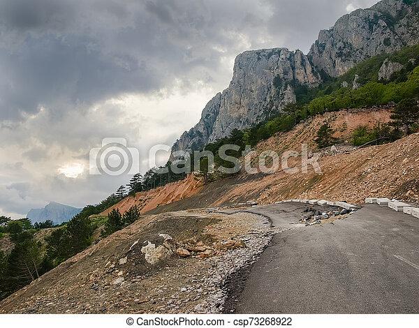 山, 崖, 地すべり, 道 - csp73268922