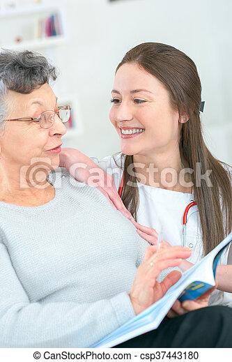 年長者, 閱讀, 病人 - csp37443180