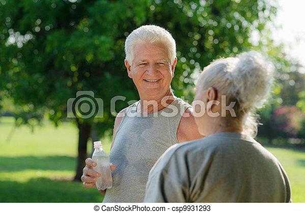 年长者, 在之后, 公园, 水, 健身, 喝 - csp9931293
