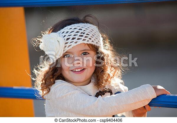 幸せな微笑すること, 屋外で, 遊び, 子供 - csp9404406