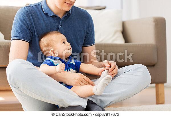 床, モデル, 父, 息子, 赤ん坊, 家 - csp67917672