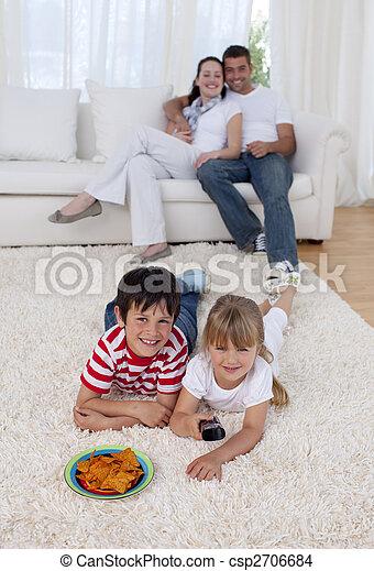 床, 子供, リビングルーム, 監視 テレビ, 幸せ - csp2706684