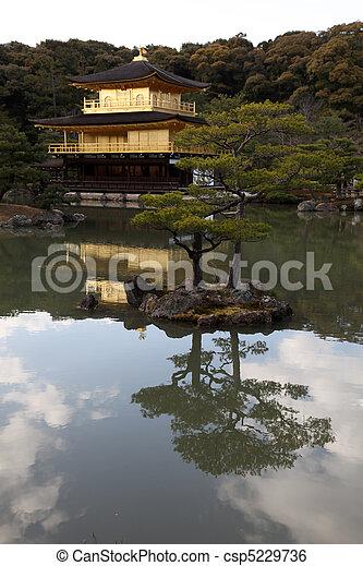 建物, 金, 引退した, 初めに, 禅, later, -, 京都, オリジナル, 有名, commenced, 建設, kinkakuji, 家, 1397, japan., 変えられる, あった, 寺院, shogun - csp5229736