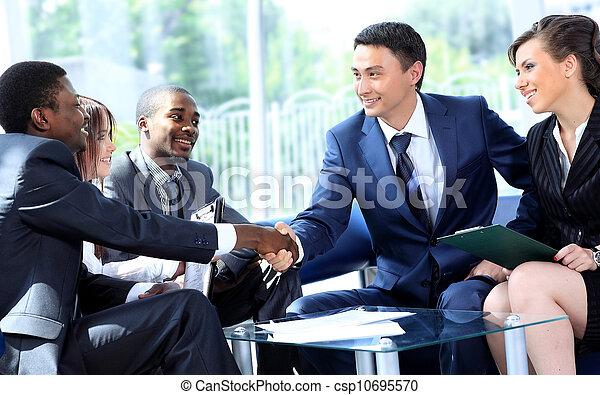 彼の, オフィス, ビジネスの手, 2, チーム, 動揺, 人 - csp10695570