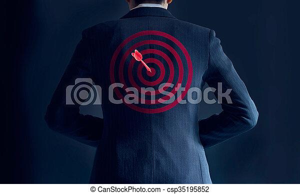 彼の, ターゲット, ビジネス, 得なさい, 成功, 背中, 暗い背景, 概念, 矢, スーツ, ビジネスマン, 赤 - csp35195852