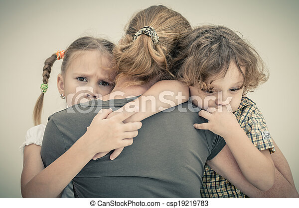 彼の, 悲しい子供たち, 抱き合う, 母 - csp19219783