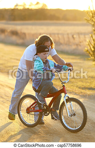 彼の, 春ドライブ, 日当たりが良い, 息子, 助力, 自転車, 学びなさい, evening., 父 - csp57758696