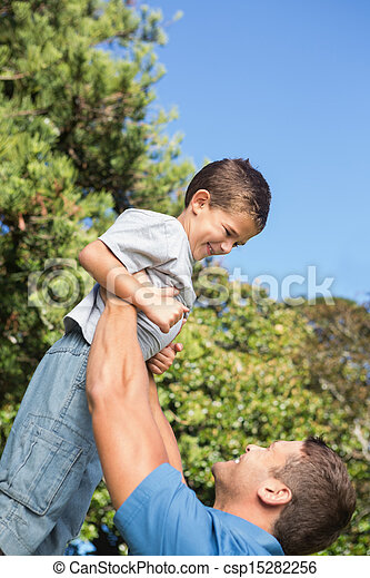 彼の, 父, 持ち上がること, 息子, の上 - csp15282256