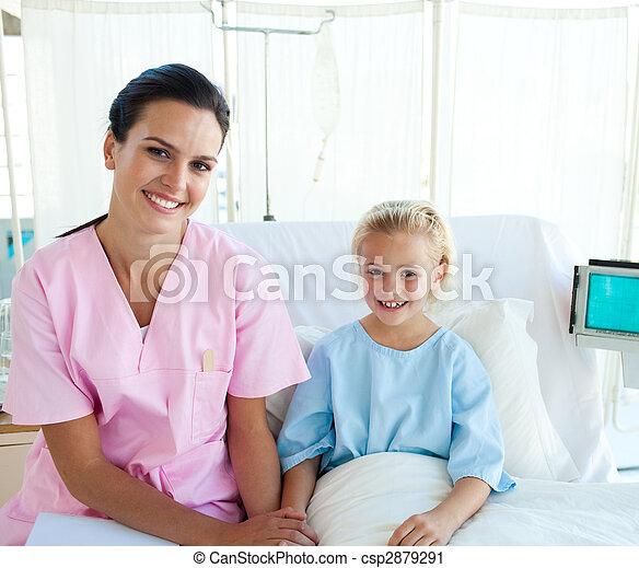 很少, 病人, 她, 坐, 醫院醫生, 床, 女性 - csp2879291