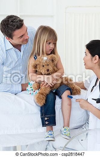 很少, 醫生, 檢查, girl\'s, 充滿信心, 女性, 反射 - csp2818447