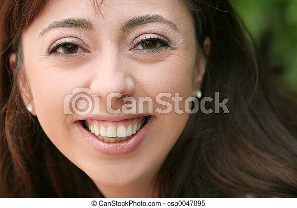 微笑の 女性 - csp0047095