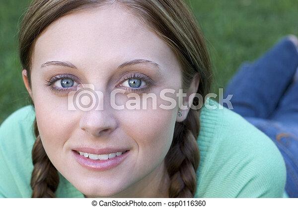 微笑の 女性 - csp0116360