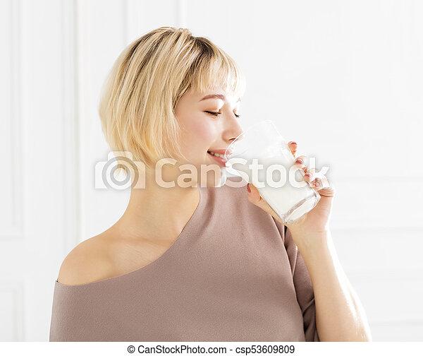 微笑の 女性, ミルク, 飲むこと, 若い - csp53609809