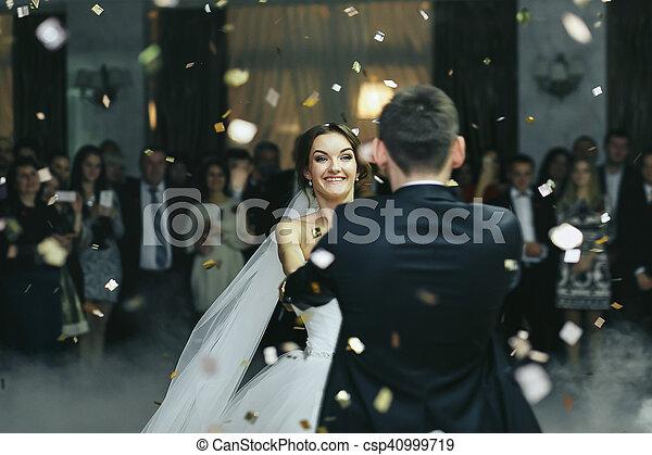 微笑, ダンス, 雨, 花嫁, 間, 紙ふぶき - csp40999719
