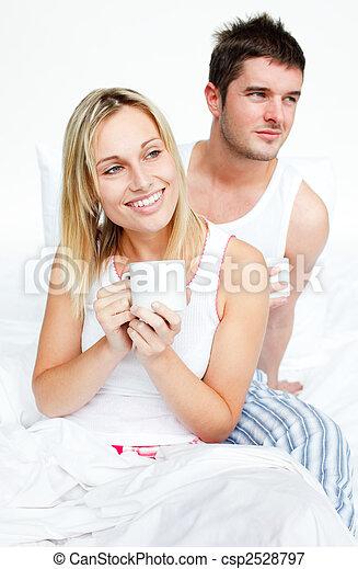 恋人, カップ, ベッド, 飲む茶 - csp2528797