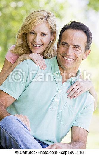 恋人, 微笑, 屋外で - csp1903418