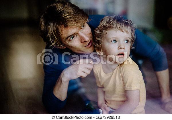 息子, によって, 父, home., 打撃, よちよち歩きの子, ガラス。, 幸せ - csp73929513