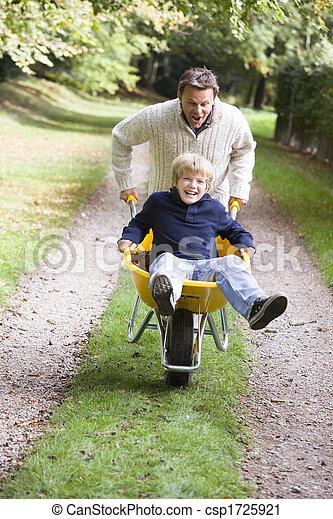 息子, 押す, 父, 一輪手押し車 - csp1725921