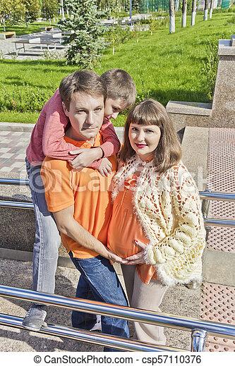 息子, 掛かること, 母, 父, 妊娠した - csp57110376