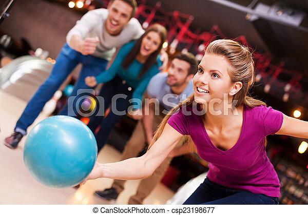 愛, game., 元気づけること, ボール, 人々, 投げる, 女性, 若い, 彼女, ボウリング, 3, 美しい, これ, 間 - csp23198677