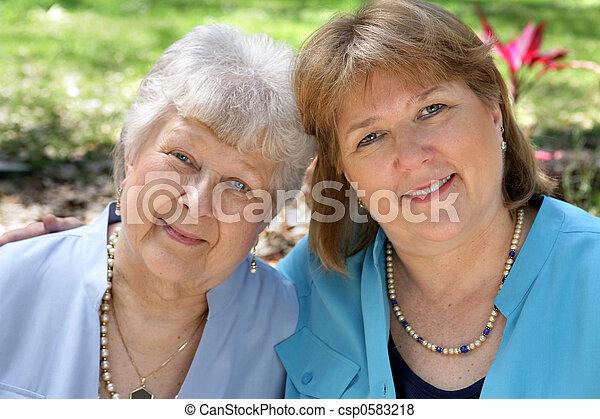 成人, 母 及び 娘 - csp0583218