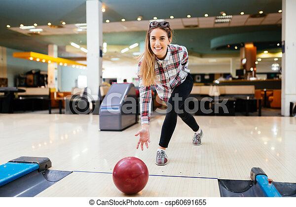 投げる, 女, ボール, ボウリング - csp60691655