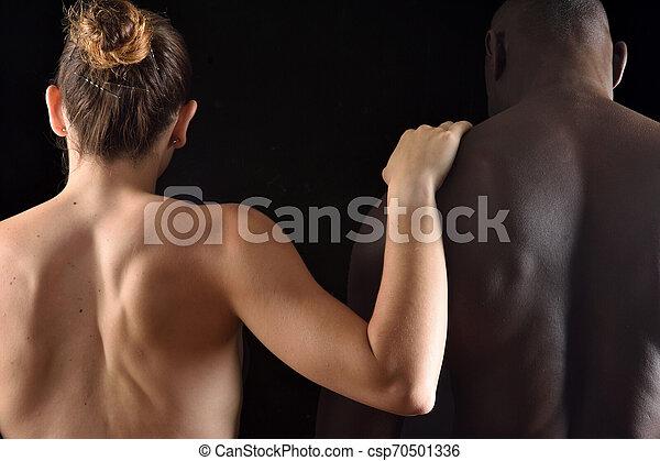 抱擁, 恋人, 背景, interracial, 黒 - csp70501336