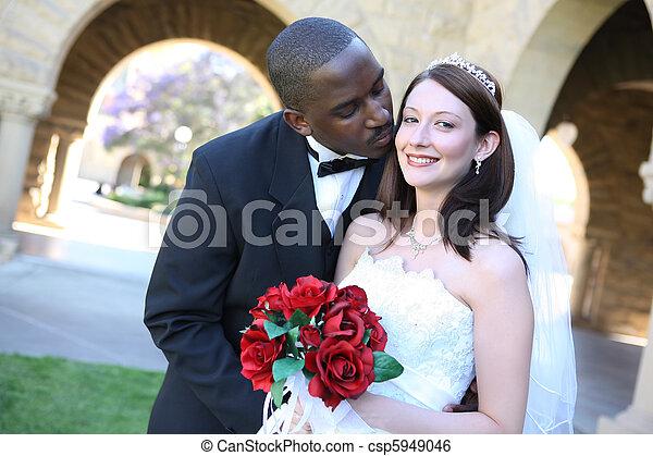 接吻, 恋人, 結婚式, 魅力的, interracial - csp5949046
