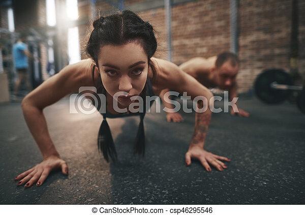 推, 婦女, 向上, 健身 - csp46295546