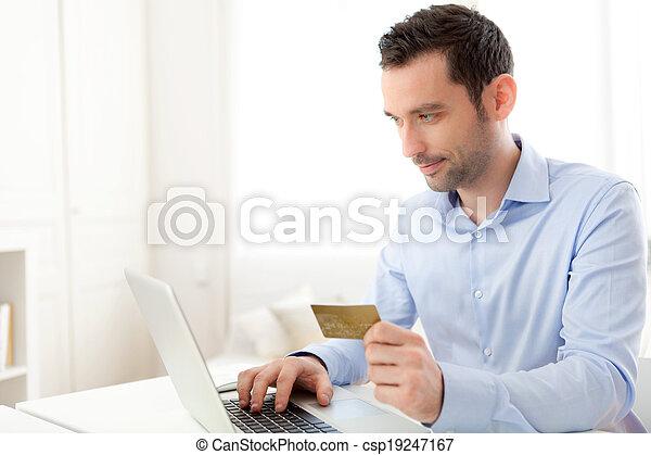支付, 事務, 年輕, 信用, 在網上, 卡片, 人 - csp19247167