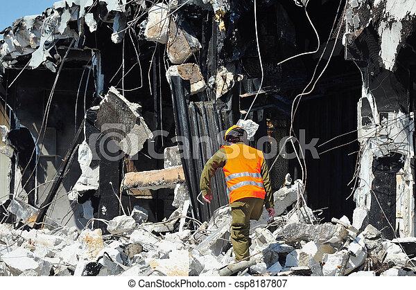 救出, 建物, によって, 災害, 瓦礫, 捜索しなさい, 後で - csp8187807