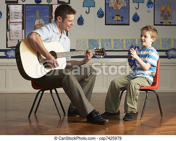 教室, ギターの 演奏, 生徒, 男性の教師 - csp7425979