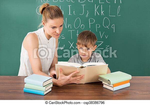 教室, 読書, 生徒, 教師 - csp38386796