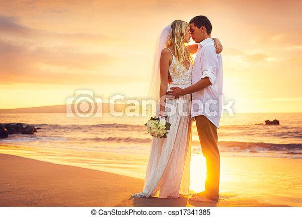 新郎, 海灘, 浪漫的夫婦, 結婚, 熱帶, 新娘, 美麗, 傍晚, 親吻 - csp17341385