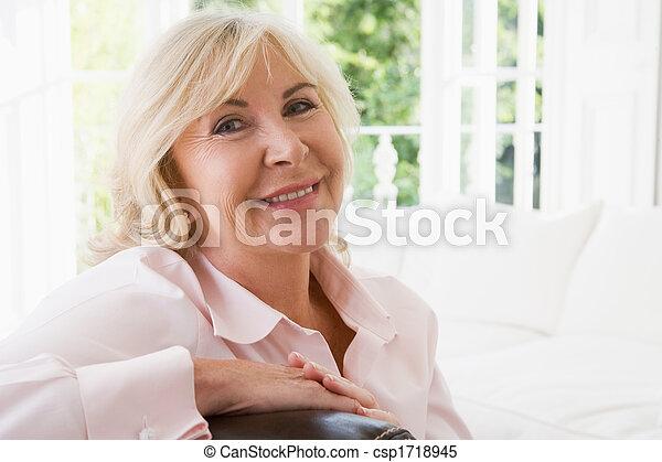 暮らし, 微笑の 女性, 部屋 - csp1718945