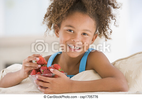 暮らし, 食べること, 部屋, 若い, いちご, 女の子の微笑 - csp1705776