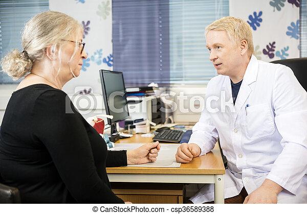 書桌, 醫生, 病人, 年長者, 通訊 - csp36589388